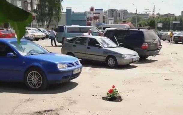 У Чернівцях посадили квіти в ямах на дорозі