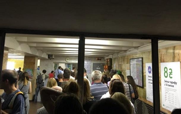 На станциях киевского метро собрались очереди