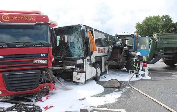 Масштабное ДТП под Хмельницким: столкнулись автобус, грузовик и трактор