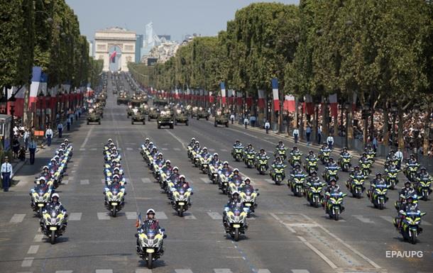 На параде в Париже столкнулись полицейские на мотоциклах