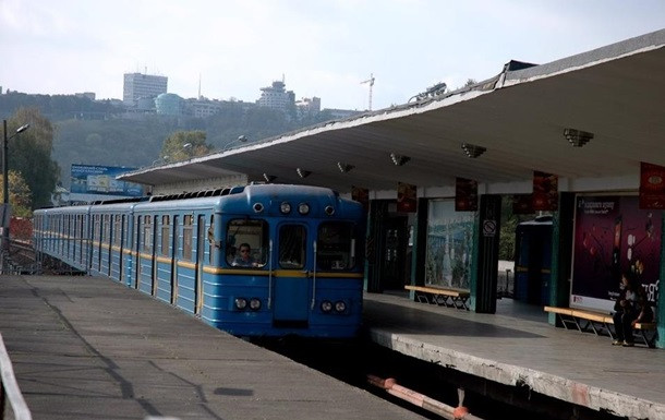 Станцію метро Гідропарк в Києві  розмінували , але закрили Лівобережну