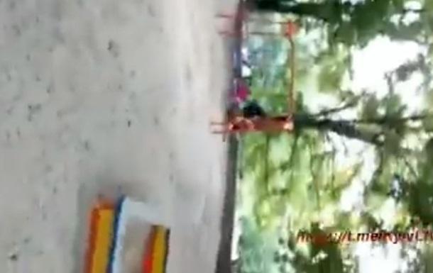 В Киеве наркоманы избили детей на детской площадке
