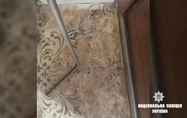 В Ивано-Франковской области мать держала детей на цепи