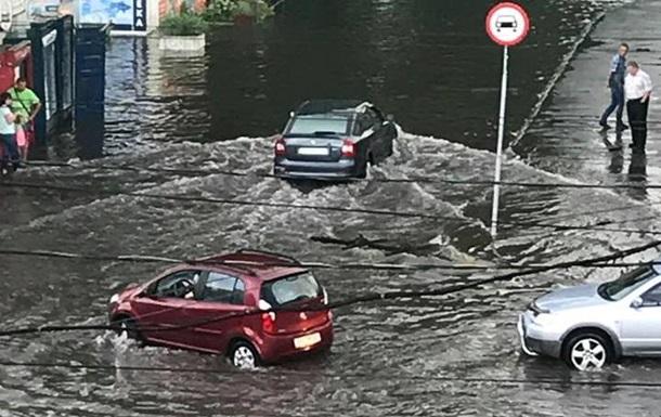 В Хмельницком ливень затопил улицы