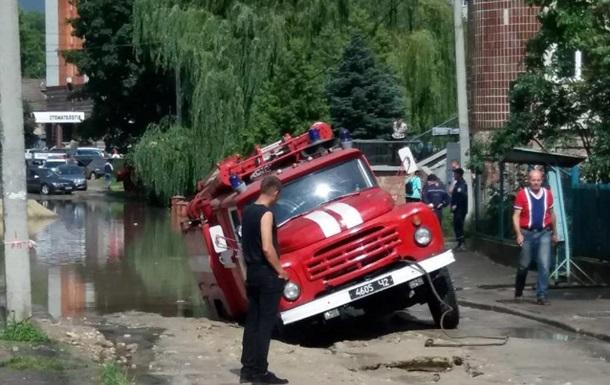 У Тернополі пожежне авто провалилося під асфальт