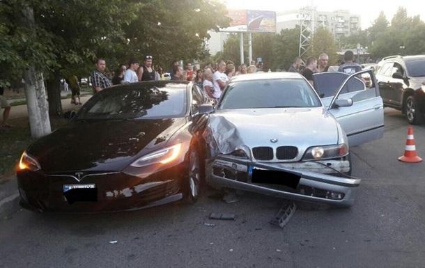 В Одесі 14-річний водій BMW протаранив Tesla