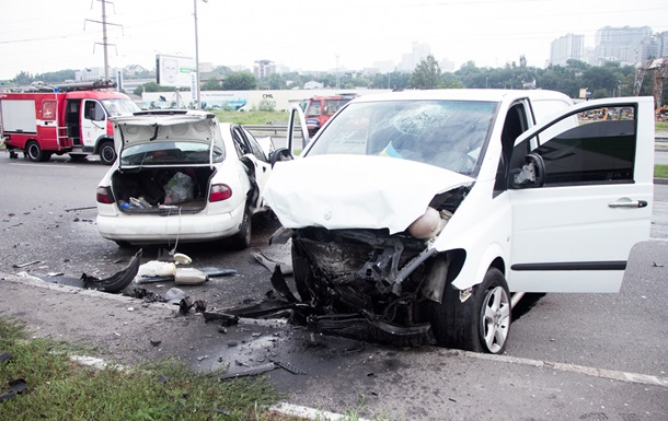 У Києві лоб в лоб зіткнулися авто: двоє загиблих