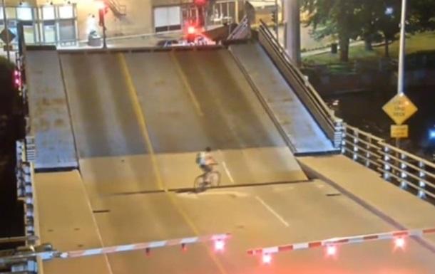 В США велосипедистку чудом не раздавил мост
