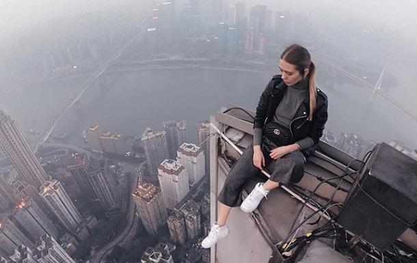 Екстремальне селфі: дівчина підкорила хмарочос