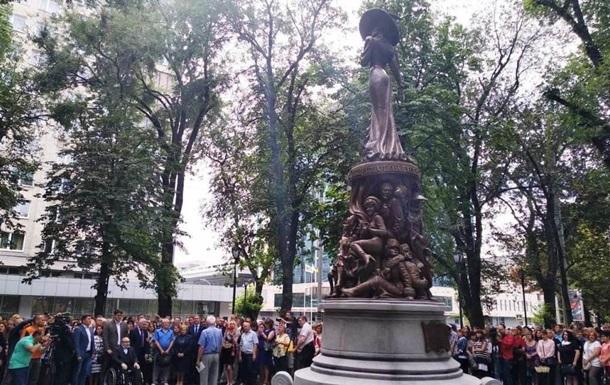 В Харькове открыли памятник Людмиле Гурченко
