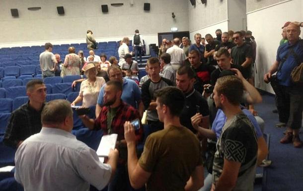 У Києві організатора форуму закидали яйцями за  зв язки з Медведчуком