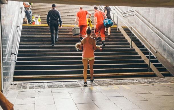 У метро Києва дворічній дівчинці затиснуло ногу ескалатором