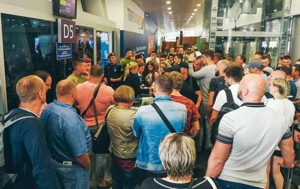 У Борисполі люди півдня чекали рейсу в Єгипет під наглядом поліції