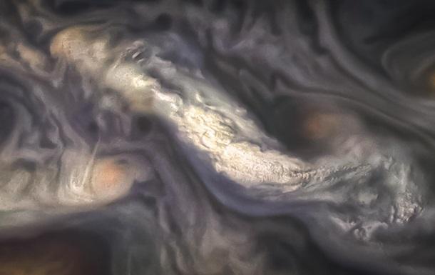 NASA показало красочные фото атмосферы Юпитера