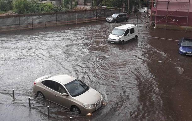 Дніпро накрила потужна злива з градом