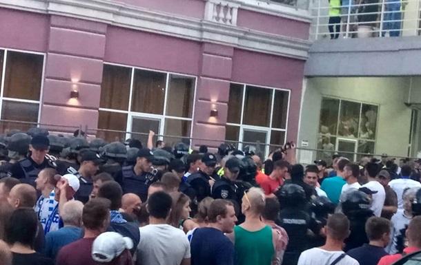 Появилось видео драки футбольных фанатов в Одессе