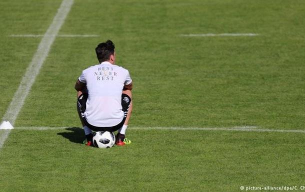 Футболіст Месут Езіл залишає німецьку збірну через  расизм і неповагу