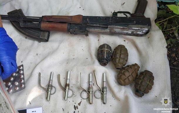 У Кривому Розі виявили схованку зі зброєю та наркотиками