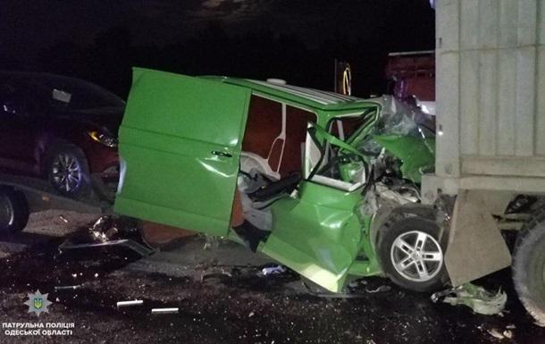 На Одещині зіткнулися мікроавтобус і вантажівка, є жертви