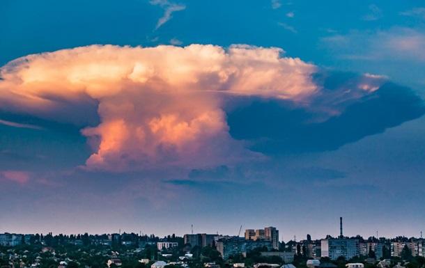 В Украине сняли гигантское облако в виде ядерного гриба