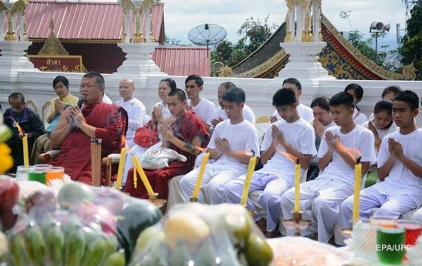 Спасенные изпещеры вТаиланде дети итренер стали монахами