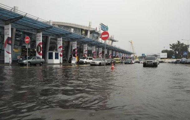 Непогода в Киеве: ливнем затопило аэропорт Жуляны