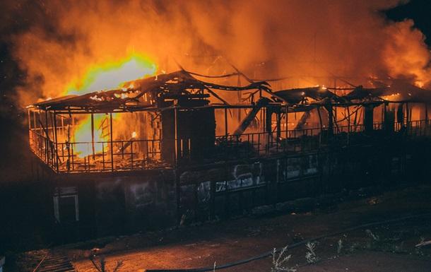 В Киеве возле Рыбальского моста сгорел дебаркадер