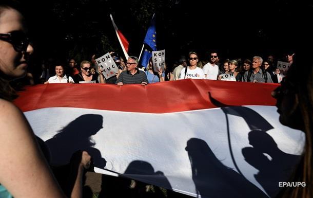 У Польщі, попри протести, підписали скандальний закон