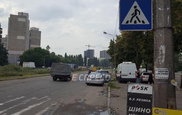 В Киеве Volkswagen сбил женщину на переходе и врезался в автобус