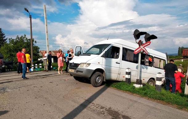 Під Чернівцями авто зіткнулося з поїздом, є жертви