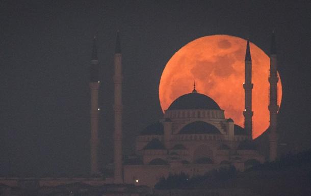 Затмение Луны и противостояние Марса. Как это было