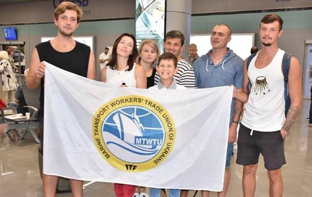 В Україну із Греції повернулися 12 моряків