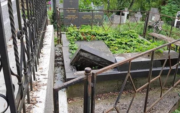 В Ужгороді зруйнували плити на кладовищі