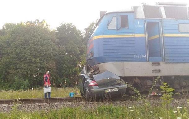 Під Києвом поїзд врізався в Renault, є жертви