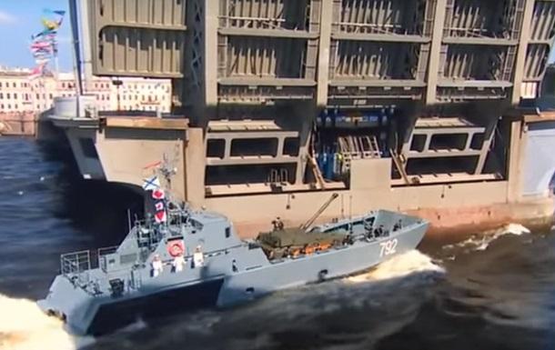 На параде в России катер врезался в опору моста