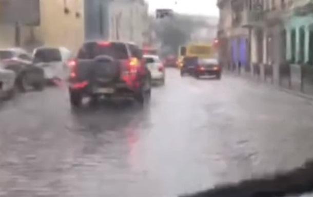 Злива перетворила вулиці Львова на річки