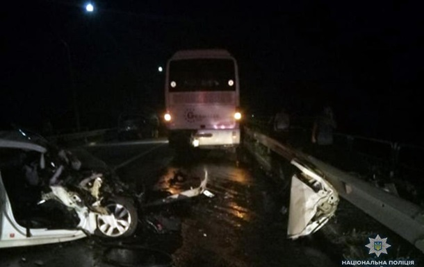 В Хмельницкой области авто влетело в автобус: двое погибших
