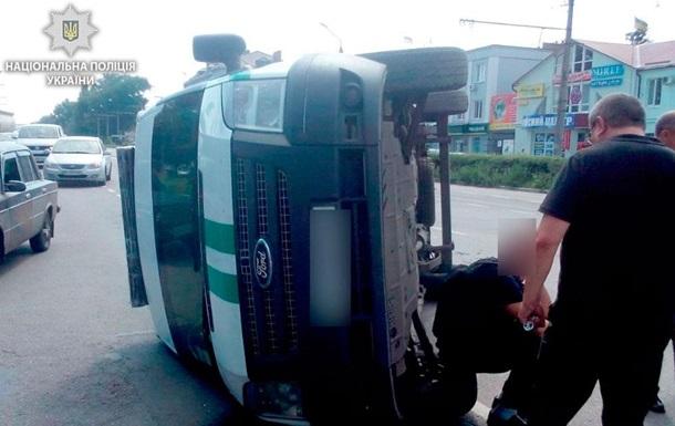 У Полтаві інкасаторське авто зіткнулося з поліцейським і перевернулося
