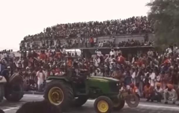 Обрушение крыши с сотнями зрителей попало на видео