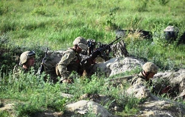 На Донбасі поранені троє військових