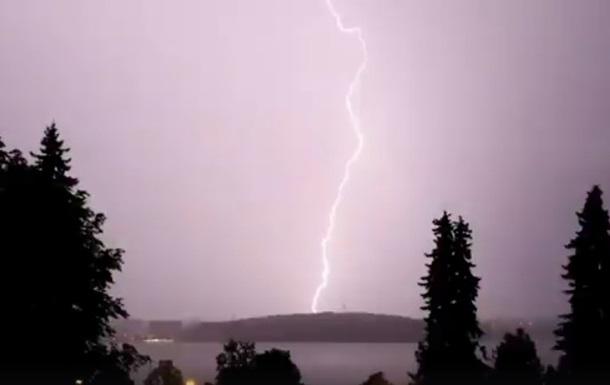 Буревій зі зливою в Тернополі показали на відео