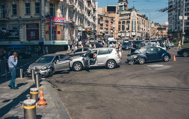 У Києві зіткнулися три авто, одне загорілося