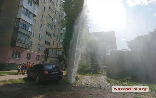 У Миколаєві з-під землі забив фонтан висотою з шестиповерховий будинок
