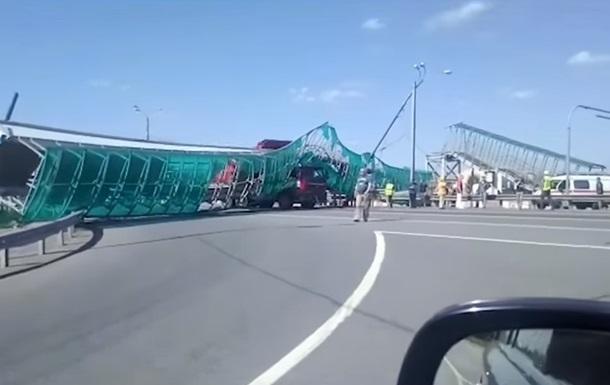 Знесення моста самоскидом показали на відео