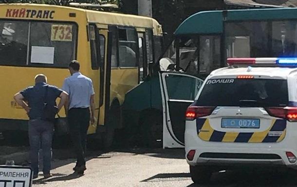 Під Києвом зіткнулися три маршрутки, є постраждалі