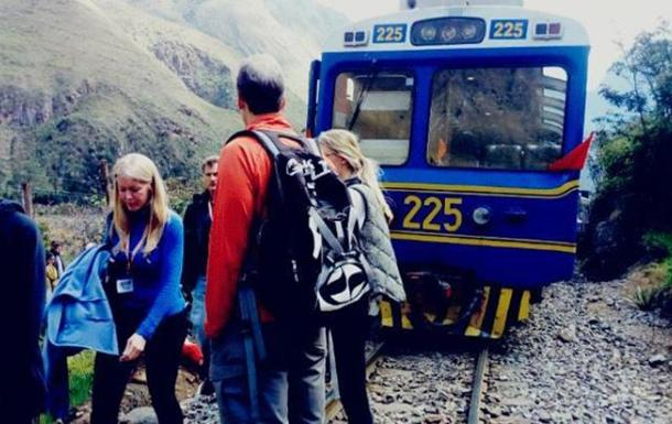 Два туристичних поїзди зіткнулися в Перу