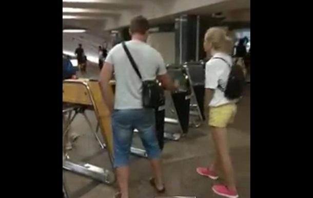 У метро Києва чоловік пропускав пасажирів безкоштовно
