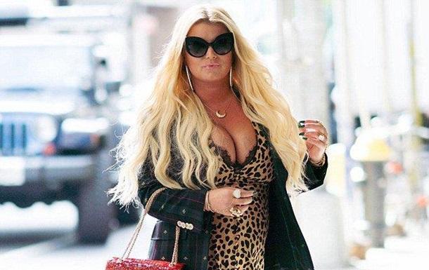 Джесіку Сімпсон розкритикували за леопардову сукню