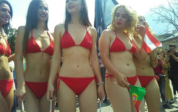 Найсексуальніші дівчата  пройшлися Львовом у бікіні