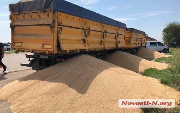 Конфлікт під Миколаєвом: на дорогу висипали десятки тонн зерна